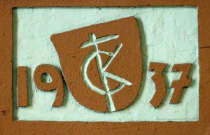 Steinmetzzeichen von Carl Kühn an der Empore von St. Elisabeth, Foto: Norbert Seyer